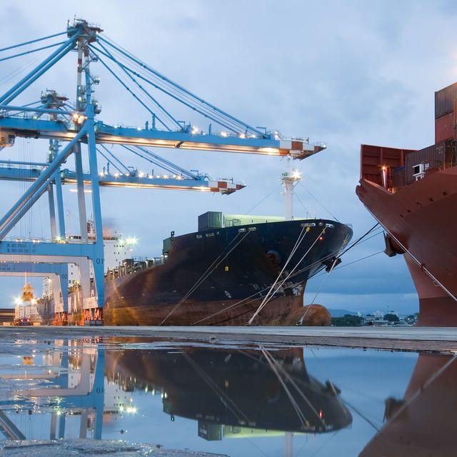Manejo de carga y equipo portuario